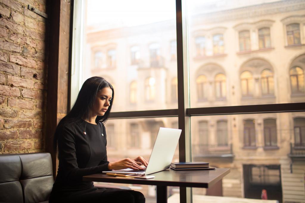person blogging
